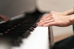 As mulheres entregam no close up clássico do teclado de piano imagens de stock