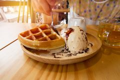 As mulheres estão comendo o gelado dos waffles Imagens de Stock