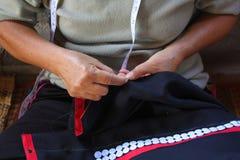 As mulheres estão costurando, vestido tribal, vestido de Phuthai Foto de Stock