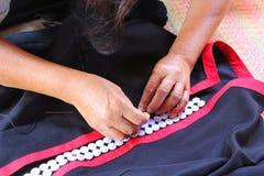 As mulheres estão costurando, vestido tribal, vestido de Phuthai Imagens de Stock Royalty Free