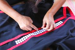 As mulheres estão costurando, vestido tribal, vestido de Phuthai Fotografia de Stock Royalty Free