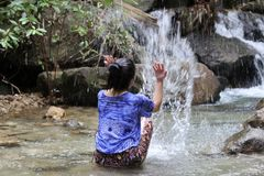 As mulheres estão espirrando a água das quedas Fotografia de Stock