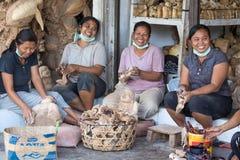 As mulheres estão fazendo lembranças de madeira para turistas em Bali Foto de Stock Royalty Free