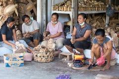 As mulheres estão fazendo lembranças de madeira para turistas em Bali Fotografia de Stock