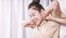 As mulheres estão obtendo a massagem tailandesa que estica nos termas Foto de Stock Royalty Free