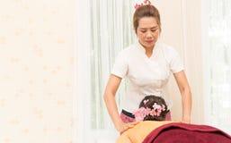 As mulheres estão obtendo a massagem traseira nos termas Fotografia de Stock