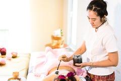 As mulheres estão obtendo o carvão vegetal esfregam nos termas Imagens de Stock Royalty Free