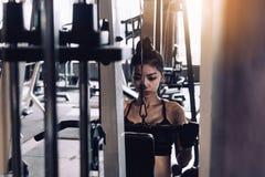 As mulheres estão puxando o equipamento do gym em um clube desportivo fotografia de stock royalty free