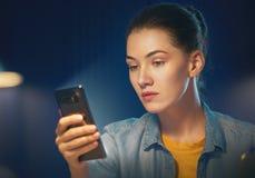 As mulheres estão usando o telefone Fotos de Stock