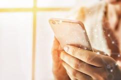 As mulheres estão usando o telefone Imagens de Stock Royalty Free