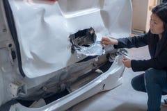 As mulheres estão verificando carros para ver se há acidentes imagens de stock royalty free