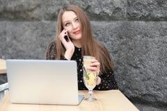 As mulheres estão vestindo a camisa preta no café Imagem de Stock