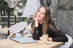 As mulheres estão vestindo a camisa preta no café Imagens de Stock