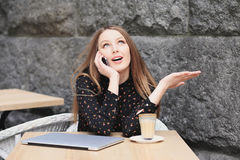 As mulheres estão vestindo a camisa preta no café Imagens de Stock Royalty Free