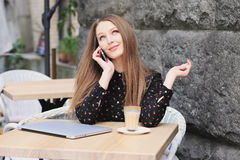 As mulheres estão vestindo a camisa preta no café Imagem de Stock Royalty Free