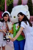 As mulheres estão vestindo o pano da enfermeira no estúdio universal japão do partido do Dia das Bruxas Fotografia de Stock