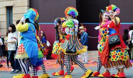 As mulheres estão vestindo o pano do palhaço no Dia das Bruxas Fotografia de Stock