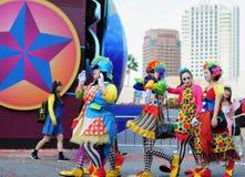 As mulheres estão vestindo o pano do palhaço no partido do Dia das Bruxas Foto de Stock