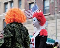 As mulheres estão vestindo um pano do filme no Dia das Bruxas Imagem de Stock