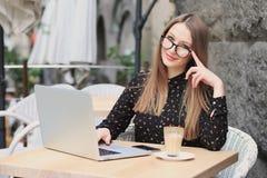 As mulheres estão vestindo vidros e a camisa preta no café Imagem de Stock Royalty Free