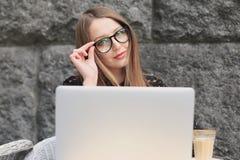 As mulheres estão vestindo vidros e a camisa preta no café Imagens de Stock Royalty Free