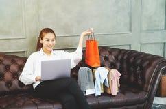 As mulheres est?o trabalhando e felizes imagem de stock