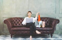 As mulheres est?o trabalhando e felizes fotografia de stock royalty free