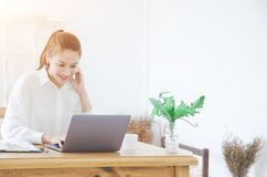 As mulheres est?o trabalhando e felizes imagens de stock