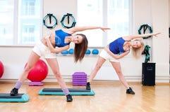 As mulheres fazem o esticão do exercício imagem de stock royalty free