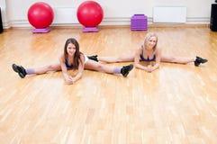 As mulheres fazem o esticão do exercício imagens de stock royalty free