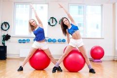 As mulheres fazem o esticão do exercício fotos de stock royalty free