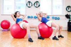 As mulheres fazem o esticão do exercício foto de stock