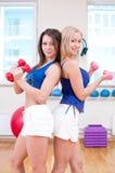 As mulheres fazem o esticão do exercício imagem de stock