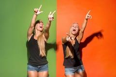 As mulheres felizes apontam-no e querem-no, meio retrato do close up do comprimento fotos de stock