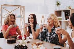 As mulheres felizes comemoram o 8 de março Feriado com menina fotos de stock