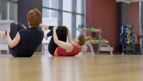 As mulheres flexíveis estão praticando a ioga no estúdio moderno video estoque