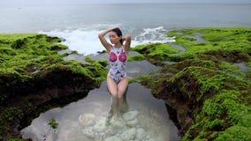 As mulheres giradas são embebidas em Hot Springs video estoque