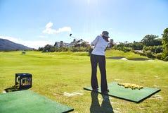 As mulheres golf o arabella do campo de golfe do novato e o sul-afr das montanhas fotografia de stock