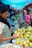 As mulheres introduzem no mercado em India foto de stock