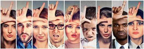 As mulheres irritadas dos homens dos povos da intimidação do grupo multi-étnico que dão o vencido assinam Fotos de Stock