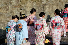 As mulheres japonesas no quimono tradicional estão indo ao templo de Kiyomizu em Kyoto Imagens de Stock