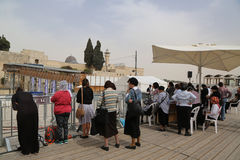 As mulheres judaicas religiosas rezam pela parede ocidental na cidade velha do Jerusalém Imagens de Stock