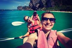 As mulheres kayaking no mar aberto na costa de Krabi, Tailândia Fotografia de Stock Royalty Free
