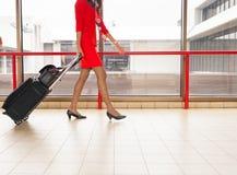 As mulheres levam sua bagagem no aeroporto Fotos de Stock Royalty Free