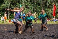 As mulheres lutam para a bola no campeonato bielorrusso aberto no futebol do pântano Fotos de Stock