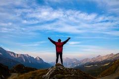As mulheres mostram em silhueta na parte superior da montanha Foto de Stock Royalty Free