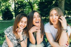 As mulheres multirraciais do retrato do estilo de vida do verão apreciam o dia agradável Amigos felizes no parque em um dia ensol imagem de stock