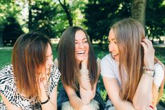 As mulheres multirraciais do retrato do estilo de vida do verão apreciam o dia agradável Amigos felizes no parque em um dia ensol fotografia de stock royalty free