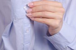 As mulheres na camisa sleeves os punhos macro Fotografia de Stock Royalty Free