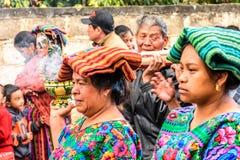As mulheres nativas do Maya vestiram-se no traje do traditonal, Guatemala Fotos de Stock Royalty Free